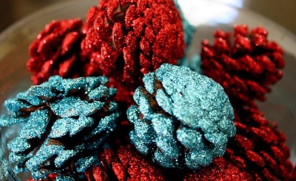 tannenzapfen und herbstblätter dekoideen glitzernd rot türkis