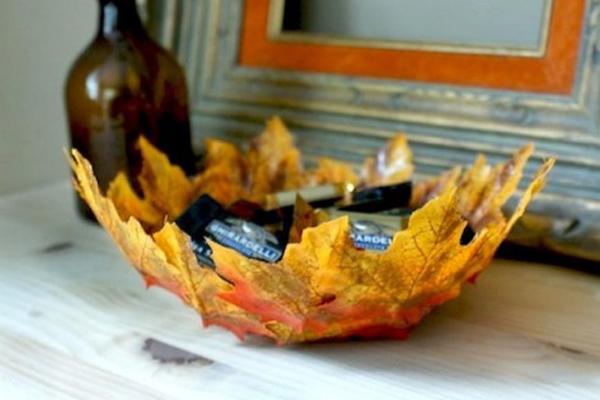 tannenzapfen und herbstblätter dekoideen zusammengeklebte ahornblätter