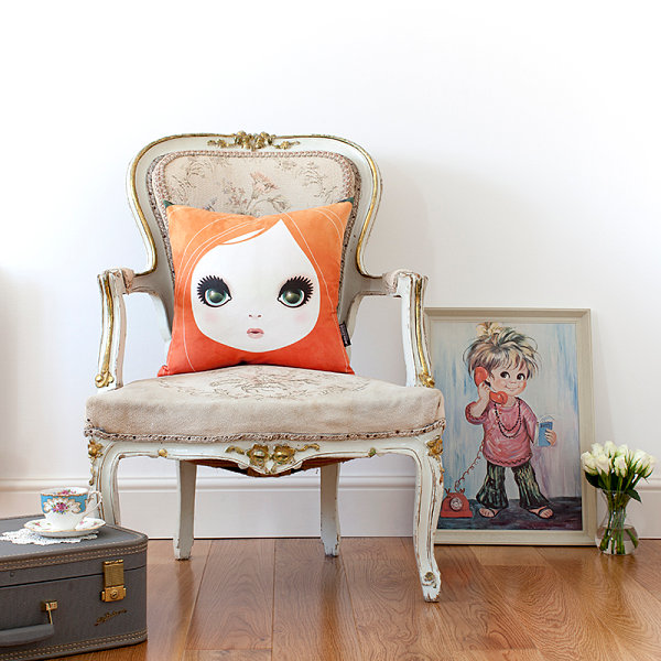 vintage style eleganter sessel mit vergoldenen ornamenten