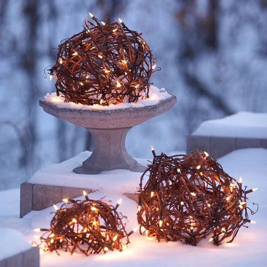weihnachten außendekoration bälle aus weinrebe mit lichtern