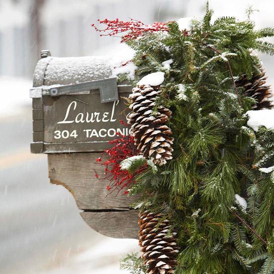 weihnachten außendekoration briefkasten mit zapfen