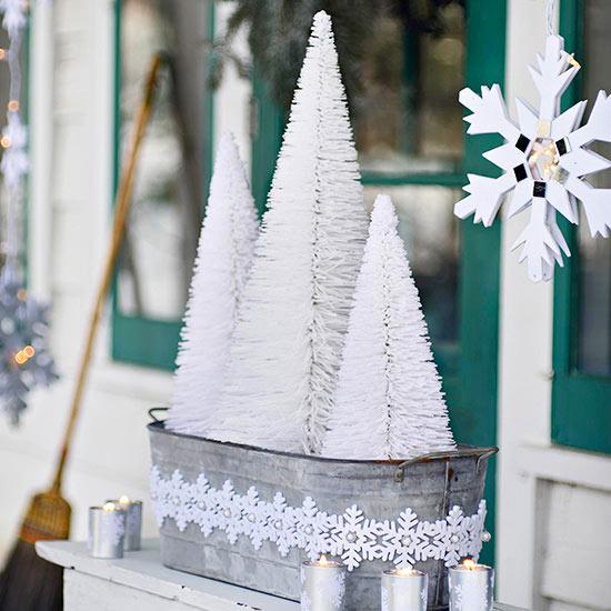 weihnachten außendekoration künstliche tannenbäume weiß