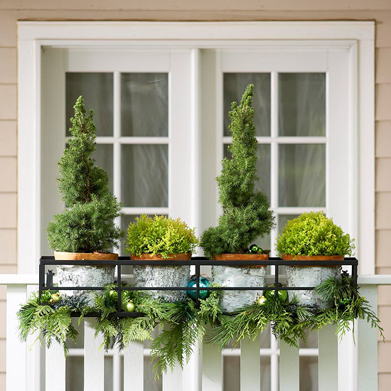 weihnachten außendekoration kleine tannenbäume und anhänger bälle