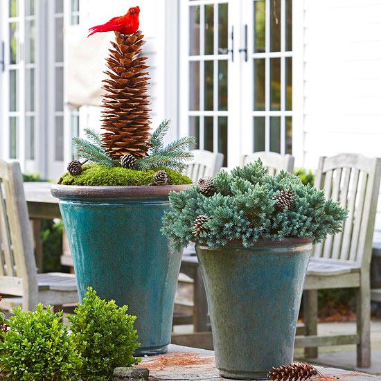 weihnachten außendekoration langer zapfen mit rotem vogel