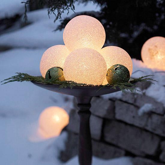 weihnachten außendekoration leuchtende kugenl und schimmernde glocken