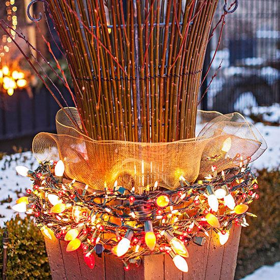 weihnachten außendekoration lichterketten und äste