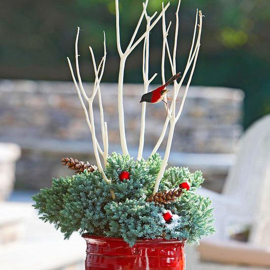 weihnachten außendekoration mit dekovogel und weißen zweigen