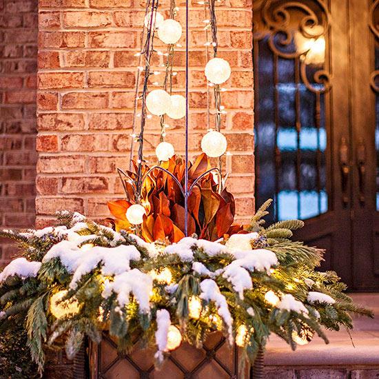 weihnachten außendekoration mit leuchtenden schneebällen