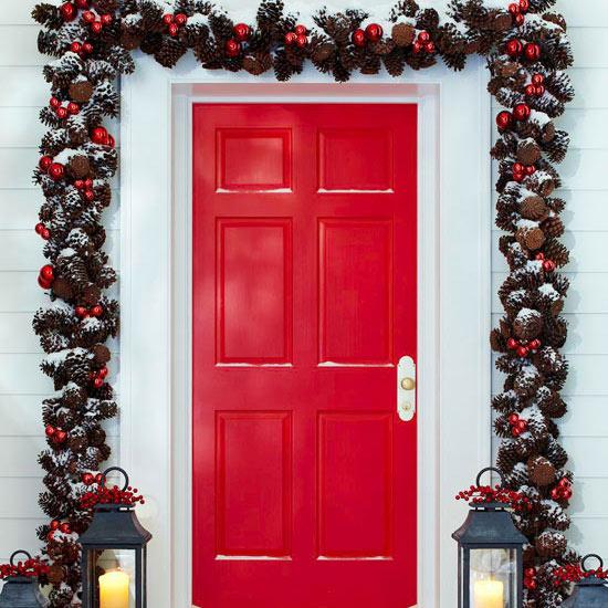 weihnachten außendekoration rosarote tür girlande aus zapfen und tannenbaumästen