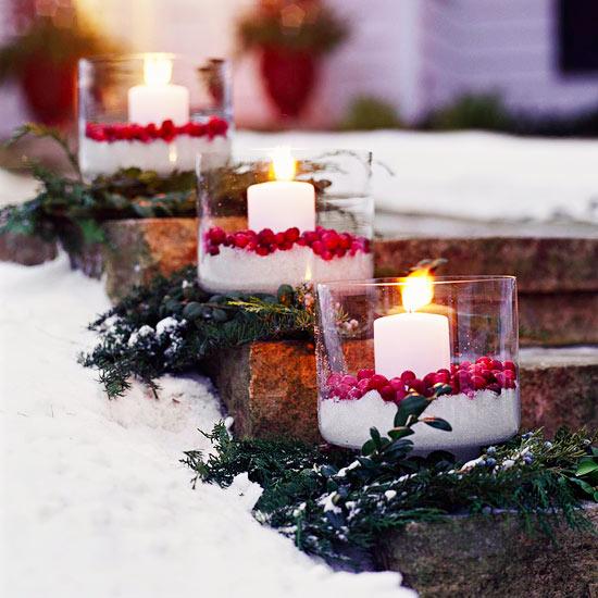 weihnachten außendekoration runde gläser mit kerzen und beeren