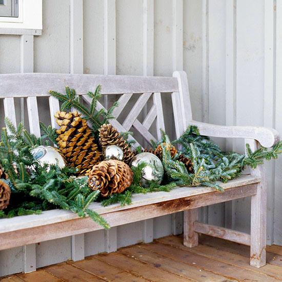 weihnachten außendekoration sitzbank mit tannenbaumästen zapfen und anhänger bällen