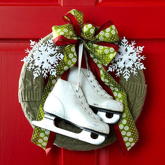 weihnachten außendekoration türkranz mit schlittschuhen und schneeflöckchen