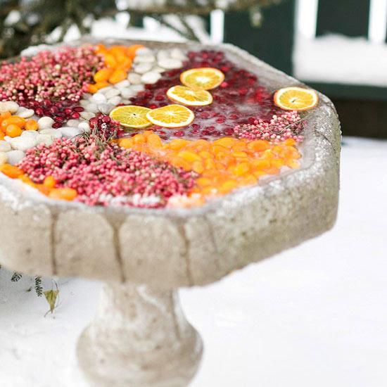 weihnachten außendekoration vogelbad voller früchte