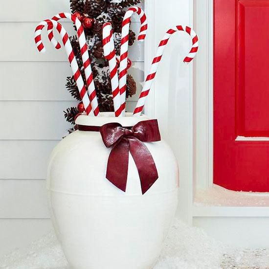 weihnachten außendekoration zuckerstangen im großen weißen behälter