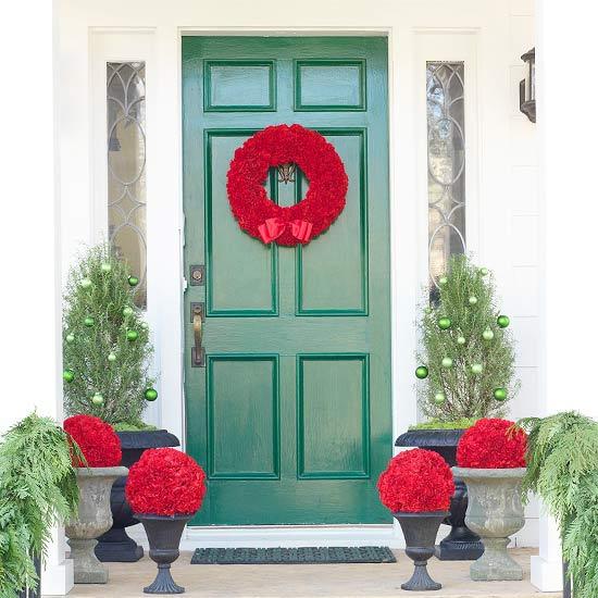 weihnachten deko bogen immergrün eingagng kranz schleife rot