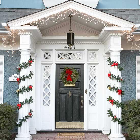 weihnachten deko kranz eingangsbereich girlande rot immergrün