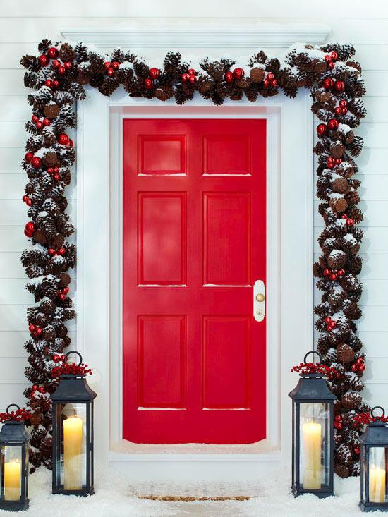 weihnachten deko kranz eingangsbereich girlande rot pinienzapfen