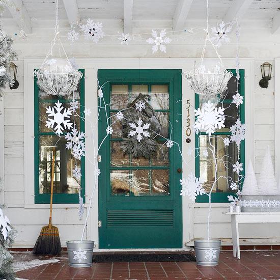 weihnachten deko kranz eingangsbereich schnee weiß papier schneeflocke