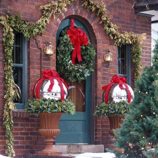 weihnachten verzierung ornamente eingang rot übergroß kranz