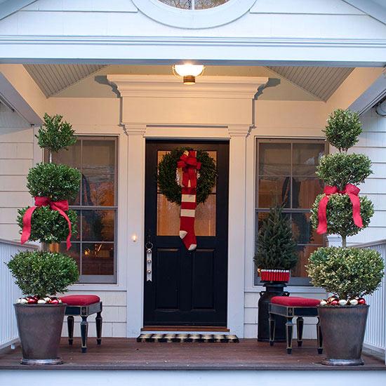 weihnachten verzierung ornamente eingang veranda immergrün pflanzen rot