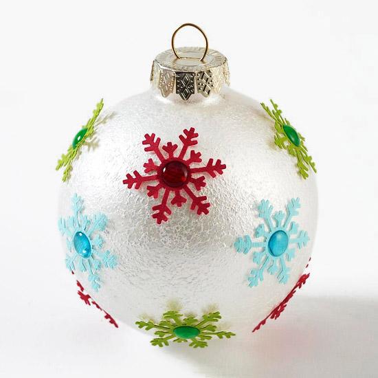weihnachtsdeko basteln ball mit kleinen bunten schneeflocken