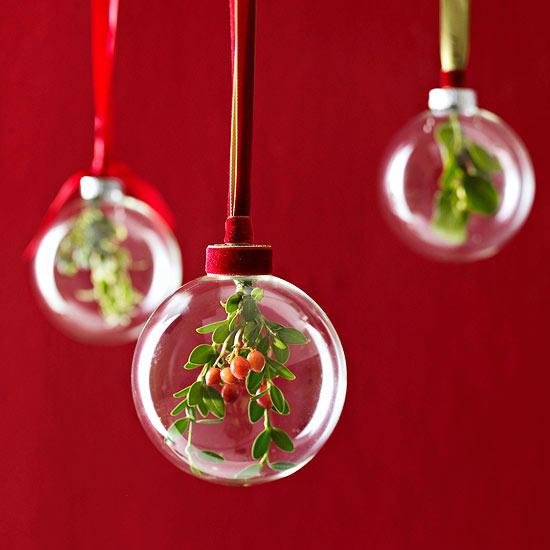 weihnachtsdeko basteln durchsichtige bälle mit immergrün