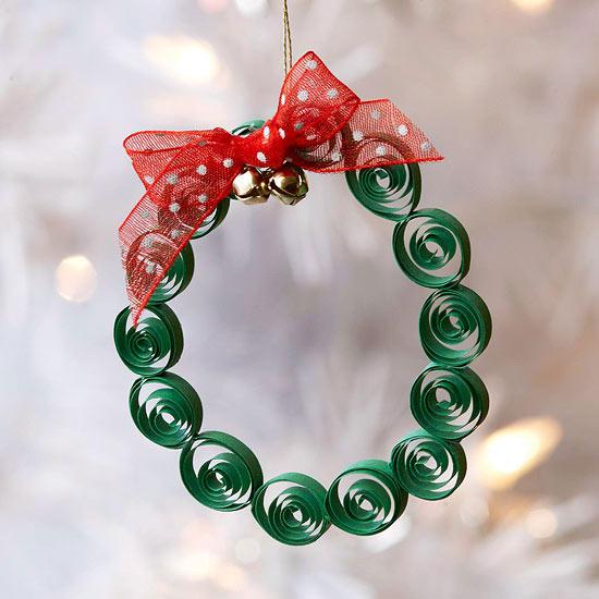weihnachtsdeko basteln papierkranz mit rotem band und glöcken
