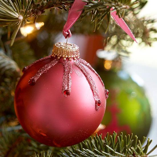 weihnachtsdeko basteln roter ball schimmernd