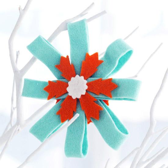 weihnachtsdeko basteln schneeflocke aus filz in türis und rot