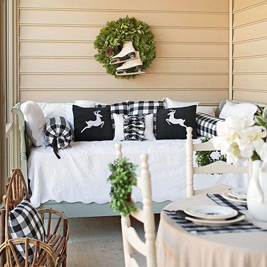 weihnachtsdeko ideen winter verzierung außenmöbel kranz veranda