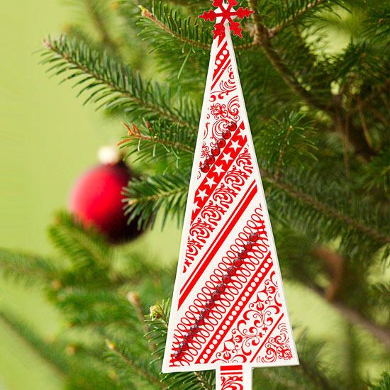 weihnachtsdekoration aus papier dreieck tannenbaum rot