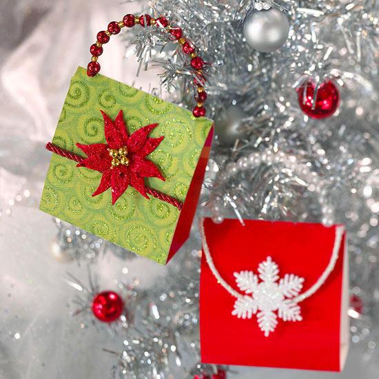 weihnachtsdekoration aus papier glänzende täschchen mit glocken