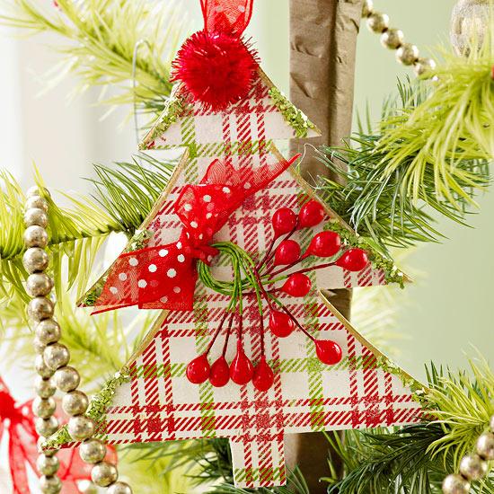 weihnachtsdekoration aus papier karierter tannenbaum mit roten akzenten