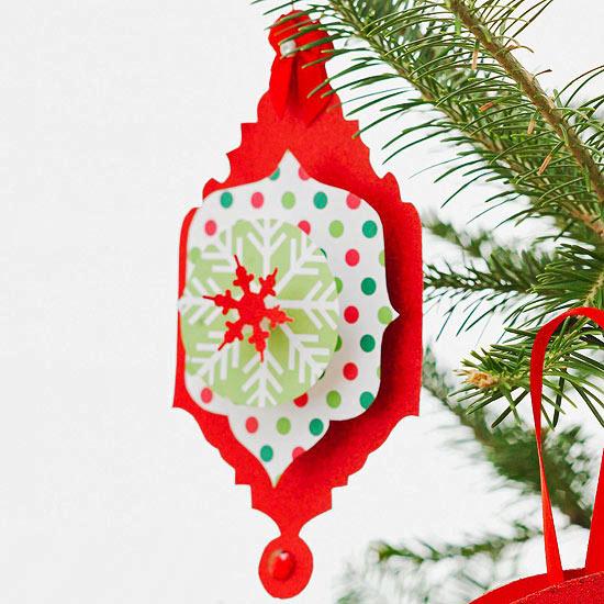 weihnachtsdekoration aus papier medallion mit rotem schneeflockchen
