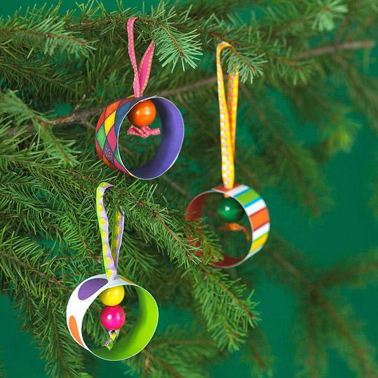 weihnachtsdekoration aus papier ringe mit bunten holzperlen