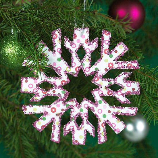 weihnachtsdekoration aus papier stilisierte schneeflocke mit lila glitzer