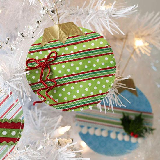 weihnachtsdekoration aus papier stoff anhänger mit goldglänzendem papier