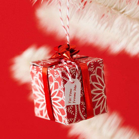 weihnachtsdekoration basteln geschenk klen kärtchen rot