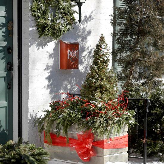 weihnachtsdekoration draußen kranz immergrün rot schleife