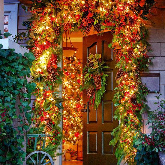 weihnachtsdekoration draußen kranz immergrün tür eingang licht