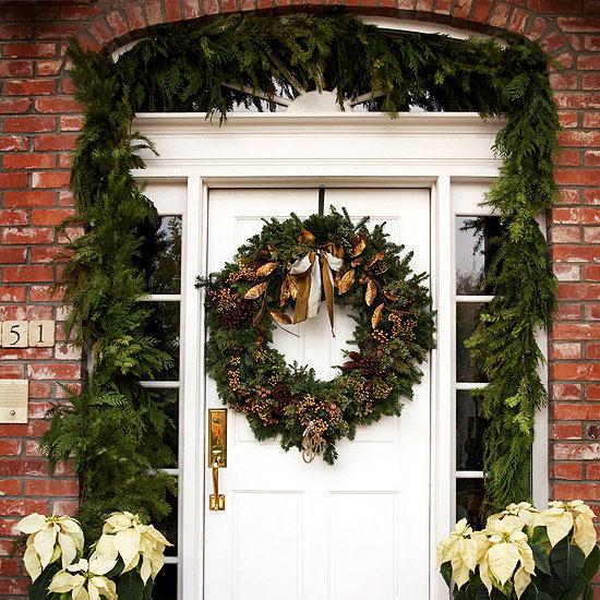 weihnachtsdekoration draußen kranz immergrün tür eingang