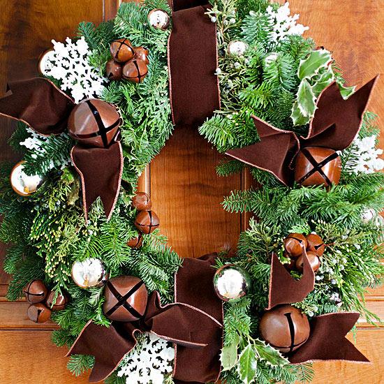 weihnachtsdekoration draußen kranz immergrün tür eleganz