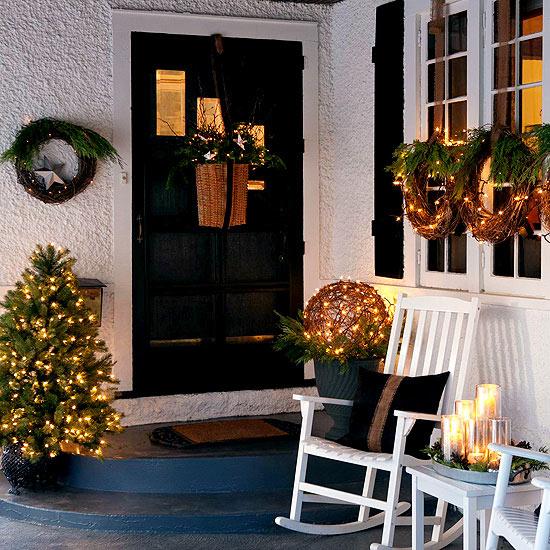 weihnachtsdekoration draußen kranz immergrün tür tannenbaum