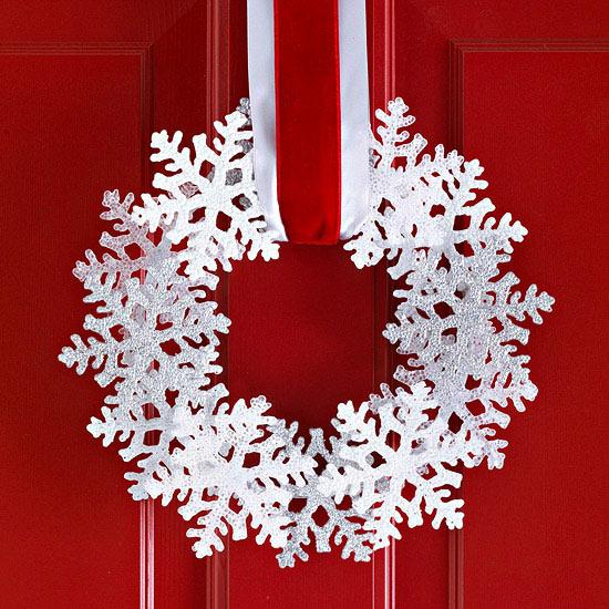 weihnachtsdekoration draußen kranz rot schneeflocke