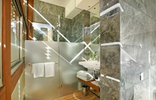 wellness einrichtung badezimmer haus design mattiert glaswand