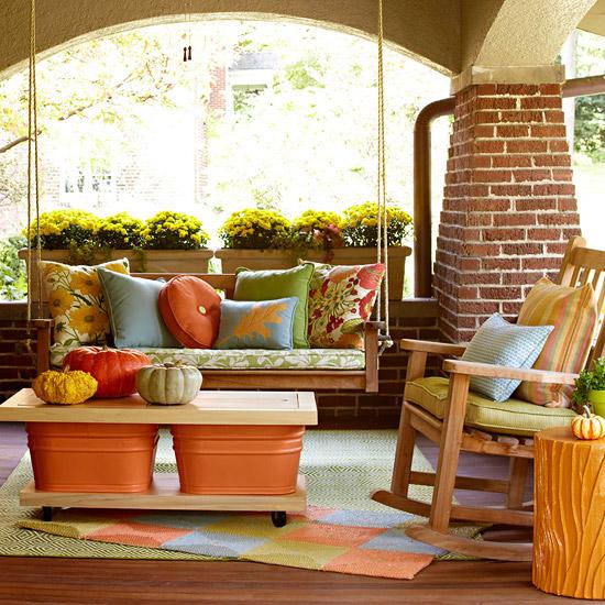 wunderschöne herbstdekoration überdachte veranda ziegelsäule