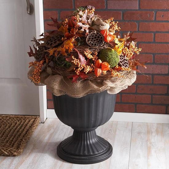 wunderschöne herbstdekoration dekorative urne und bunter pflanzengesteck