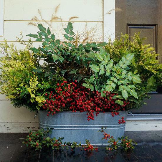 wunderschöne herbstdekoration grünes zeug in aluminium behälter