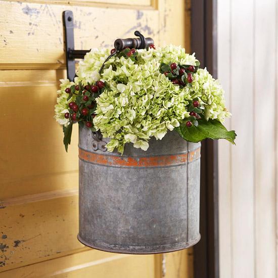 wunderschöne herbstdekoration hängender pflanzenbehälter mit hortensien und beeren