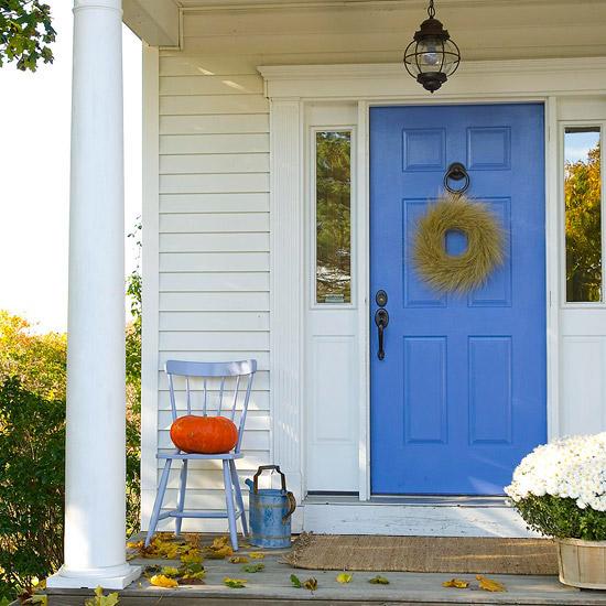 wunderschöne herbstdekoration kobaltblaue eingangstür und sisal fußmatte